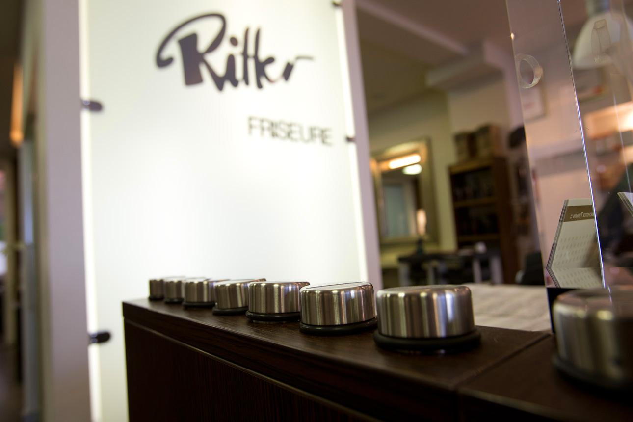 Ritter Friseure: Kassenbereich mit Trinkgeldspardosen